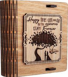 Cutie mica din lemn pentru stick USB VintageBox personalizata prin gravare model Doi sub un copac culoare stejar auriu