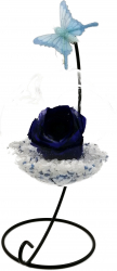 Trandafir Criogenat Wide Flowers albastru royal pe pat de pietricele in bol de sticla cu fluture pe picior metalic