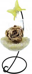 Trandafir Criogenat Wide Flowers auriu pe pat de pietricele in bol de sticla cu fluture pe picior metalic
