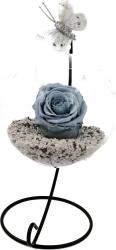Trandafir Criogenat Wide Flowers gri pe pat de pietricele in bol de sticla cu fluture pe picior metalic