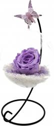 Trandafir Criogenat Wide Flowers lila pe pat de pietricele in bol de sticla cu fluture pe picior metalic