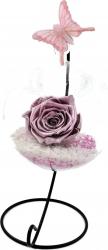 Trandafir Criogenat Wide Flowers roz metalizat pe pat de pietricele in bol de sticla cu fluture pe picior metalic