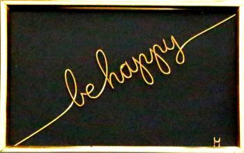 Tablou Be happy sculptura in fir continuu non-tarnish auriu de 1 mm rama aurie 15x10 cm fundal negru Tablouri