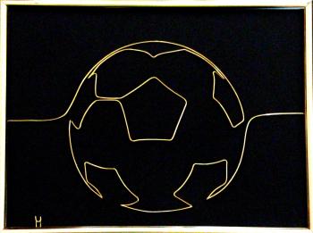 Tablou Minge fotbal sculptura in fir continuu non-tarnish auriu de 1 mm rama aurie 20x15 cm fundal negru Tablouri