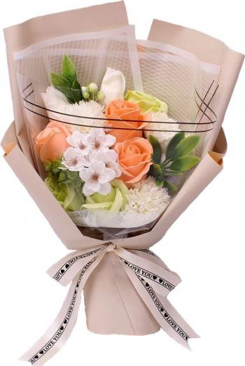 Buchet elegant din flori de sapun diverse sortimente cu frunze decorative ambalat in cutie cadou culoare portocalie