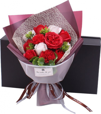 Buchet elegant flori de sapun asortate frunze decorative 12 bucati cutie cadou culoare rosie