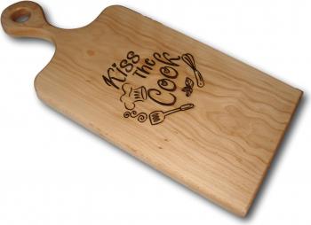 Tocator din lemn de fag cu maner gravat cu mesajul Kiss The Cook Accesorii bucatarie