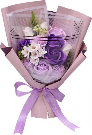 Buchet elegant din flori de sapun diverse sortimente cu frunze decorative ambalat in cutie cadou culoare mov