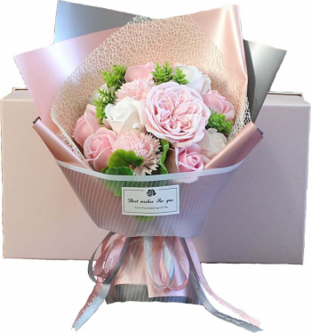 Buchet elegant flori de sapun asortate frunze decorative 12 bucati cutie cadou culoare roz