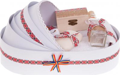 Trusou botez complet in landou cu decor elegant traditional de culoare alb-rosu 8 piese