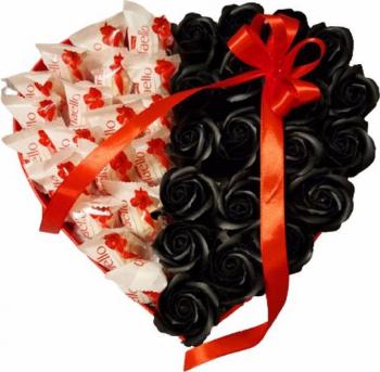 Aranjament cadou EMRORA cu bomboane RAFAELLO and trandafiri parfumati de sapun