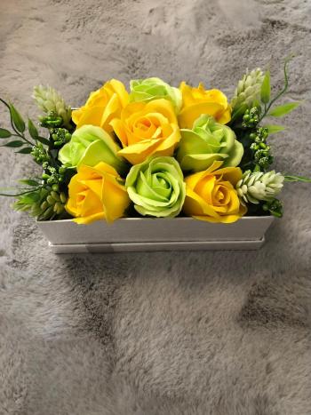 Aranjament floral EMRORA - 9 Trandafiri parfumati de sapun 20 cm x 12 cm Galben/Verde Neon