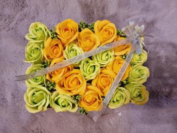 Aranjament floral EMRORA - 23 Trandafiri parfumati de sapun 25 cm x 15 cm Galben/Verde neon