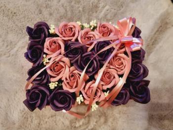 Aranjament floral EMRORA - 23 Trandafiri parfumati de sapun 25 cm x 15 cm Mov/Roz