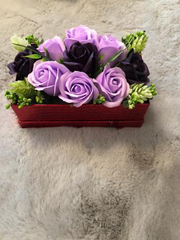 Aranjament floral EMRORA - 9 Trandafiri parfumati de sapun 20 cm x 12 cm 2 nuante de mov