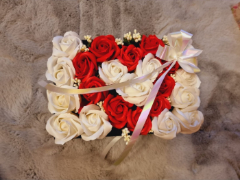 Aranjament floral EMRORA - 23 Trandafiri parfumati de sapun 25 cm x 15 cm Alb/Rosu