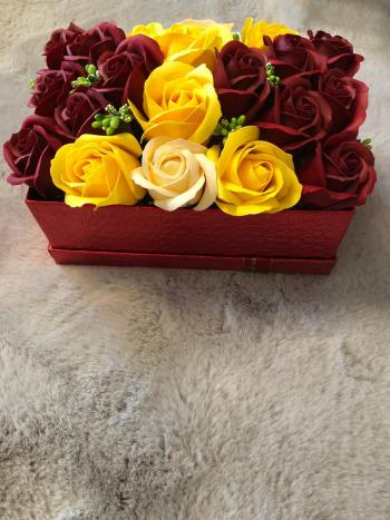 Aranjament floral EMRORA - 21 Trandafiri parfumati de sapun 22 cm x 14 cm Rosu/Galben/Crem
