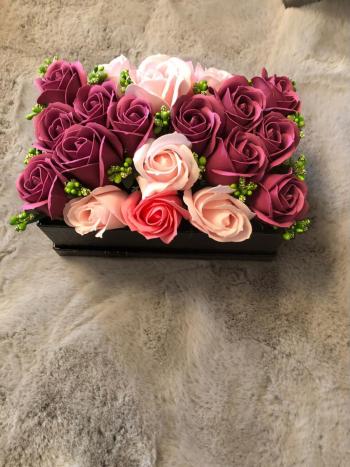 Aranjament floral EMRORA - 21 Trandafiri parfumati de sapun 22 cm x 14 cm 3 nuante speciale de roz