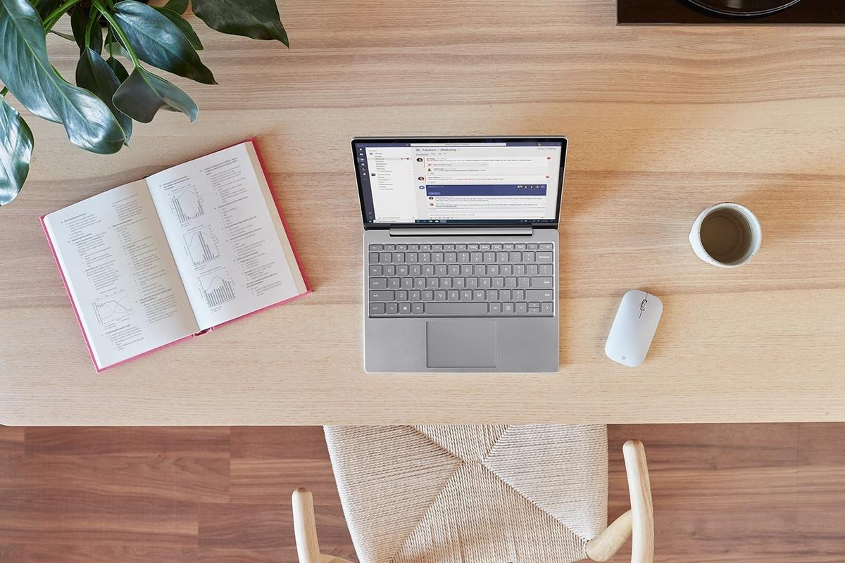 Surface Laptop Go pe un birou cu Surface Mobile Mouse