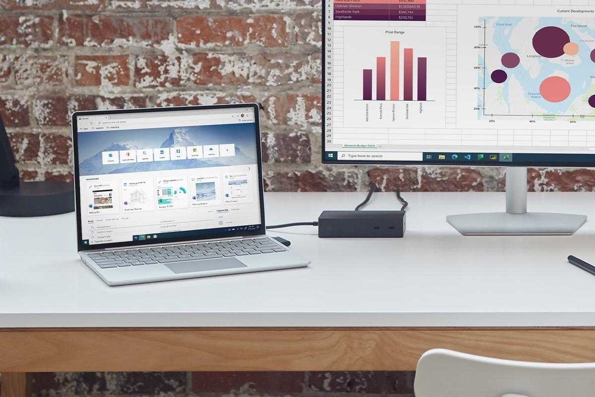 Surface Laptop Go pe un birou, conectat la un monitor extern