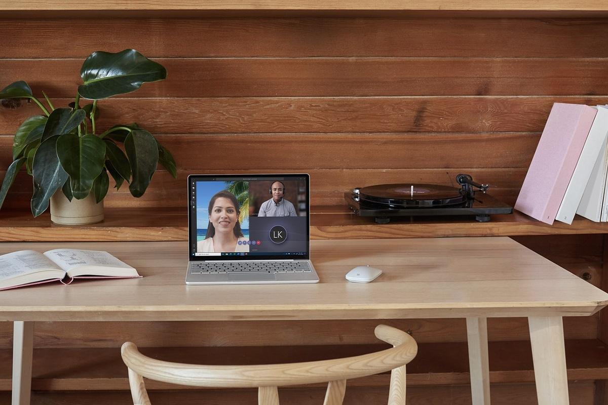 Surface Laptop Go pe un birou
