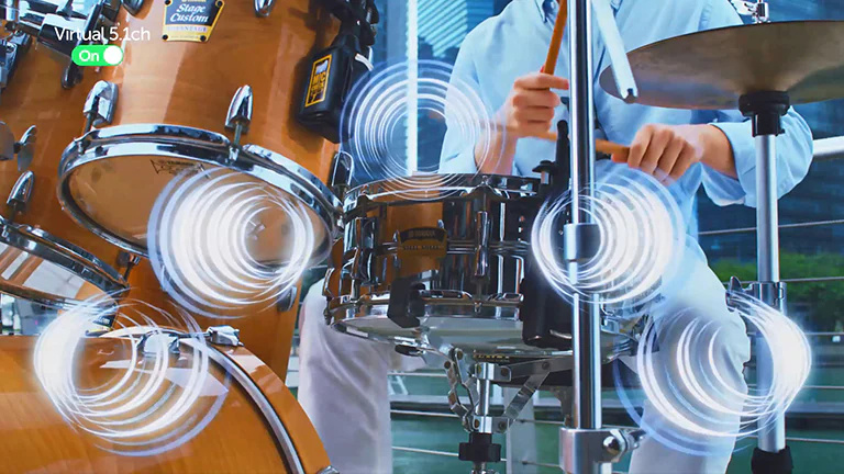 Pe măsură ce omul cântă la tobe, efectele sonore sunt redate din tobe.