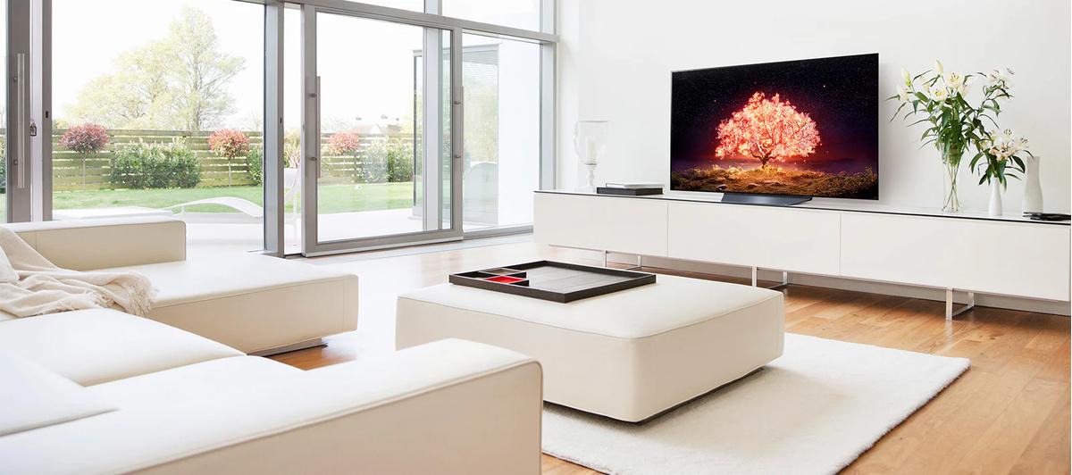 Un televizor pe care se afisează un copac care emite lumină rosie într-o casă albă