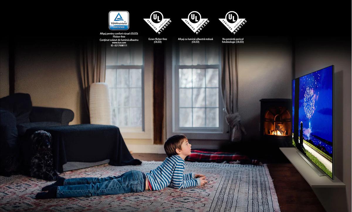 """Acesta este cardul care descrie """"Afisajul cu caracteristici de confort vizual"""".Aceasta este o scenă a unui băiat care se uită la televizor într-o pozitie care poate afecta ochii.Au fost plasate patru logouri pentru certificarea """"Afisaj cu caracteristici de confort vizual""""."""