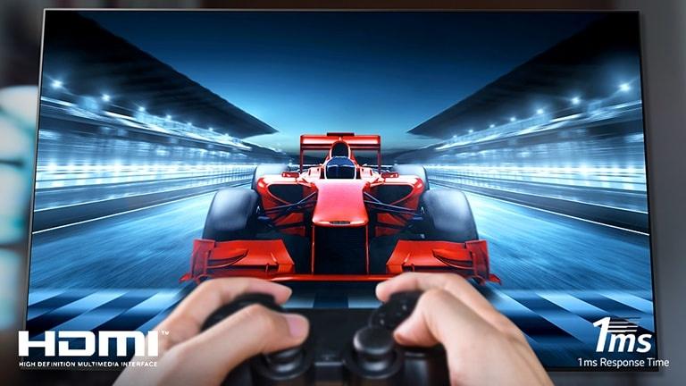 Prim-plan cu un jucător ce joacă un joc de curse pe un ecran TV Pe imagine, există logul HDMI în partea stângă jos si logoul Timp de răspuns de 1 ms în partea din dreapta jos.